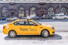 MOSKVA RUSSIA-11 APRIL, 2017: Yandex taxi som väntar på clienen Royaltyfri Bild