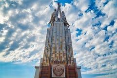 MOSKVA RUSSIA-JULY 18,2016; Sovjetisk monumentarbetare och kollektivjordbrukflicka i Moskva Vera Mukhina författare Fotografering för Bildbyråer