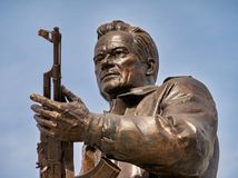 MOSKVA RUSSIA/SEPTEMBER 20,2017: Monument till den märkes- Mikhail Kalashnikov, skaparen av Kalashnikovanfallgeväret Arkivbild