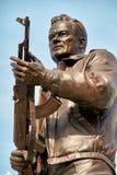 MOSKVA RUSSIA/SEPTEMBER 20,2017: Monument till den märkes- Mikhail Kalashnikov, skaparen av Kalashnikovanfallgeväret Arkivfoton