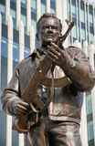 MOSKVA RUSSIA/SEPTEMBER 20,2017: Monument till den märkes- Mikhail Kalashnikov, skaparen av Kalashnikovanfallgeväret Royaltyfri Fotografi