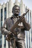 MOSKVA RUSSIA/SEPTEMBER 20,2017: Monument till den märkes- Mikhail Kalashnikov, skaparen av Kalashnikovanfallgeväret Arkivbilder