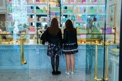 Moskva rysk federation April 30, 2018, två flickor i en fransk bakelser Laduree arkivfoton