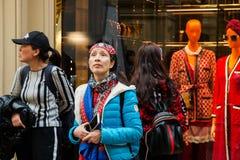 Moskva rysk federation April 30, 2018 utländska kvinnaturister går runt om GUMMIT för handelhuset arkivbilder