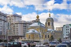 Moskva, rysk federation som lokaliseras i sikt för omgestaltningfyrkantgata av nya kyrkliga omgeende byggnader, och lokal trafik arkivfoton