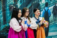 Moskva ryss, 12 juni: flickor i koreanska klänningar som poserar för kameran Arkivbilder