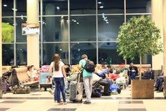 """Moskva RYSSLAND †""""JUNI 13: passagerare förväntas att välja upp på flygplatsen Sheremetyevo-2 Royaltyfria Foton"""