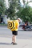 Moskva Ryssland: Äter mathemsändningar r i gatan Fotografering för Bildbyråer