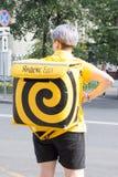Moskva Ryssland: Äter mathemsändningar r i gatan Arkivbild