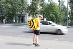Moskva Ryssland: Äter mathemsändningar r i gatan Royaltyfria Foton