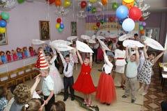 Moskva Ryssland-April 17, 2014: barn som dansar och spelar under ett parti i kindergarte Royaltyfri Fotografi