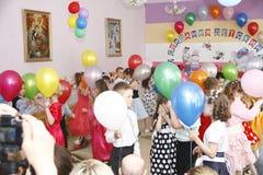 Moskva Ryssland-April 17, 2014: barn som dansar och spelar under ett parti i kindergarte Royaltyfria Foton