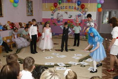 Moskva Ryssland-April 17, 2014: barn som dansar och spelar under ett parti i kindergarte Arkivfoto