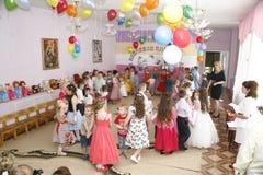 Moskva Ryssland-April 17, 2014: barn som dansar och spelar under ett parti i kindergarte Arkivbilder