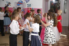 Moskva Ryssland-April 17, 2014: barn som dansar och spelar under ett parti i kindergarte Fotografering för Bildbyråer