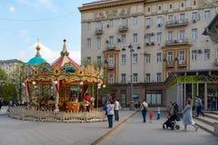 Moskva Ryssland - April 27, 2019: Barns karusell i mitten av Moskva arkivfoto