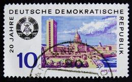 MOSKVA RYSSLAND - APRIL 2, 2017: En stolpestämpel som skrivs ut i DDR (ger Arkivfoto