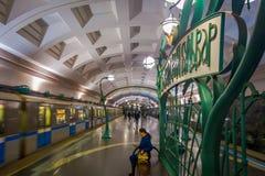 MOSKVA RYSSLAND APRIL, 29, 2018: Folk i Slavyansky Bulvar gångtunnelstation i Moskva, Ryssland Stationen är på Arkivbilder
