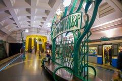 MOSKVA RYSSLAND APRIL, 29, 2018: Folk i Slavyansky Bulvar gångtunnelstation i Moskva, Ryssland Stationen är på Royaltyfria Foton