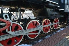 Moskva Ryssland - April 1 2017 Hjulen av lokomotivet P-001 i museum av historia av utveckling för järnväg transport Arkivfoton