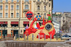Moskva Ryssland - April 15, 2018: Nedräkningtidmätare före starten av den mästerskapFIFA världscupen Ryssland 2018 på sq Manezhna Fotografering för Bildbyråer