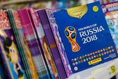 MOSKVA RYSSLAND - APRIL 27, 2018: Officiellt album för klistermärkear som är hängivna till den FIFA världscupen RYSSLAND 2018 på  royaltyfri fotografi