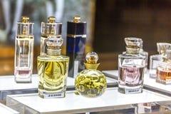 MOSKVA RYSSLAND - April 11, 2012 - Parfume hörn i stor köpcentrum Arkivfoton