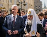 MOSKVA RYSSLAND - APRIL 21: Rysk patriark Kirill och mayoen arkivbild