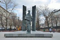 Moskva Ryssland, April, 03, 2016 Rysk plats: Folk som går nära monumentet till N K Krupskaya på den Sretensky boulevarden i Mosc Royaltyfria Bilder