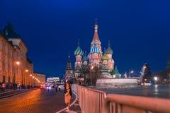 MOSKVA RYSSLAND - APRIL 30, 2018: Sikt av domkyrkan för St-basilika` s på röd fyrkant och frontal ställe Afton för solnedgång arkivbild