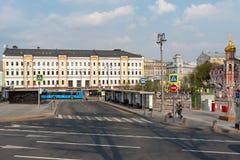 Moskva Ryssland - April 27, 2019: Slavyanskaya fyrkant på vårdag med helgonna Kulichkakh för kyrka allra royaltyfri fotografi