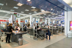 MOSKVA RYSSLAND - April 04 2016 Supermarketkontroll Alye Parusa Royaltyfri Fotografi