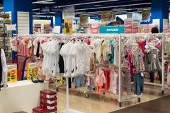 Moskva Ryssland - Augusti 30 2016 Barns värld - nätverk av barns kläddiversehandel Arkivfoto