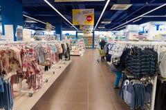 Moskva Ryssland - Augusti 30 2016 Barns värld - nätverk av barns kläddiversehandel Fotografering för Bildbyråer
