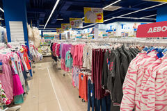 Moskva Ryssland - Augusti 30 2016 Barns värld - nätverk av barns kläddiversehandel Clothing för flickor Arkivbilder
