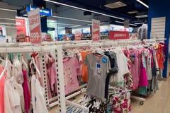 Moskva Ryssland - Augusti 30 2016 Barns värld - nätverk av barns kläddiversehandel Clothing för flickor Arkivbild