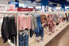 Moskva Ryssland - Augusti 30 2016 Barns värld - nätverk av barns kläddiversehandel Clothing för flickor Royaltyfri Bild