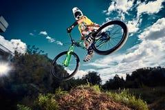 Moskva Ryssland - Augusti 9, 2017: Hopp och fluga på en mountainbike arkivfoto