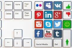 MOSKVA RYSSLAND - AUGUSTI 31, 2017 Modernt tangentbord med kulöra knappar och sociala massmediasymboler vektor illustrationer