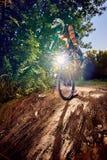 Moskva Ryssland - Augusti 31, 2017: Mountainbikecyklist som gör stoppie royaltyfri bild