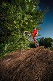 Moskva Ryssland - Augusti 31, 2017: Mountainbikecyklist som gör wheeliejippo på en mtbcykel arkivbild