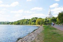 MOSKVA RYSSLAND - AUGUSTI 23, 2015: promenera promenaden i parkera Kolomenskoye Arkivfoto