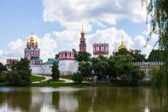 Moskva/Ryssland - Augusti 2, 2013: Sikt över dammet på den Novodevichy kloster nära Luzhniki arkivfoton