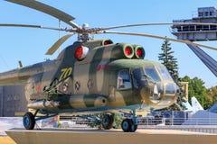Moskva Ryssland - Augusti 01, 2018: Sovjetisk helikopter MI-8T mot blå himmel på utställning av prestationer av nationell ekonomi arkivbild