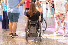 MOSKVA RYSSLAND - AUGUSTI 29, 2018: Två rörelsehindrade personer i rullstolar i shoppinggallerian fotografering för bildbyråer