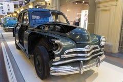 MOSKVA RYSSLAND - AUGUSTI 21: Utställning av gamla sovjetiska bilar i sto Arkivbild