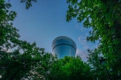 Moskva Ryssland - byggnad till och med de gröna träden royaltyfri foto