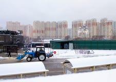 2018 01 05 Moskva, Ryssland Cityscape med den moderna byggnad, kyrkan och vägen med hållplatsen Royaltyfri Bild