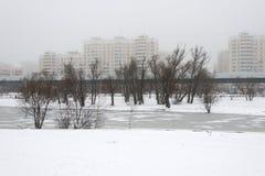 Moskva Ryssland - December 19, 2017 Övervintra sikten i området av södra Butovo Linje av den ljusa tunnelbanan i bakgrunden Fotografering för Bildbyråer