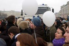Moskva Ryssland - December 10, 2011 Anti--regeringen opposition samlar på den Bolotnaya fyrkanten i Moskva Royaltyfria Foton